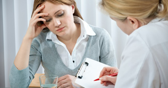 woman-worried-with-psychologist-doctor