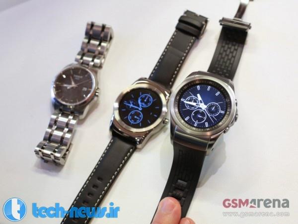 ساعت هوشمند الجی در کنار یک ساعت آنالوگ