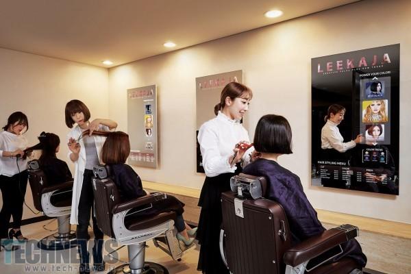 Photo of اولین نمایشگرهای آینهای سامسونگ حالا در یک آرایشگاه بهکار گرفته شدهاند