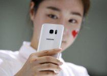 A model demonstrates a Samsung Electronics' new smartphone Galaxy S7 during its launching ceremony in Seoul, South Korea, March 10, 2016.  REUTERS/Kim Hong-Ji/File Photo