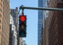 تکنولوژی جدید آئودی برای چراغ راهنمایی، زمان سبز شدن چراغ را نشان میدهد