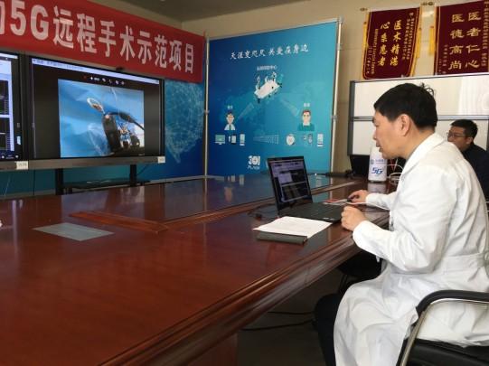 عکس:پروفسور لینگ زیپی، پزشک جراح مغز و اعصاب از طریق شبکه 5G در پکن جراحی راه دور انجام می دهد، 25 مارس 2019.