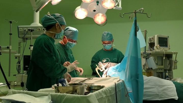 عکس:در داخل اتاق عمل بیمارستان عمومی چین برای کاشت دستگاه تحریک مغزی برای یک بیمار مبتلا به بیماری پارکینسون .