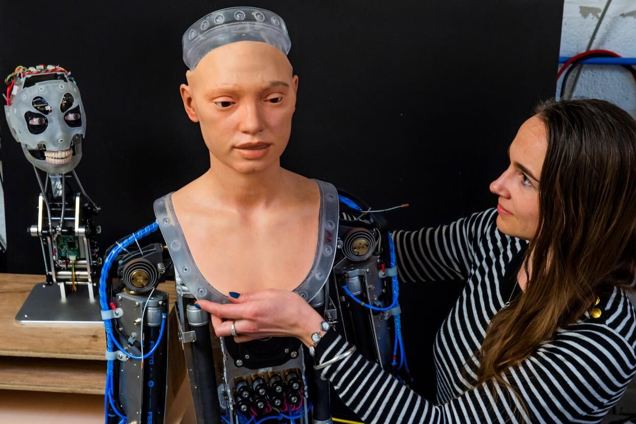 رونمایی از آثار هنری ربات نقاش انساننما