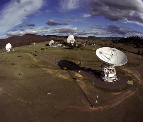عکس:مجتمع ارتباطات فضایی کانبرا در استرالیا که بخشی از شبکه فضایی Deep Space ناسا است، دریافت و ارسال سیگنالهای رادیویی به فضاپیما و از آن توسط آنتنهای بزرگ مخابراتی را نشان میدهد.