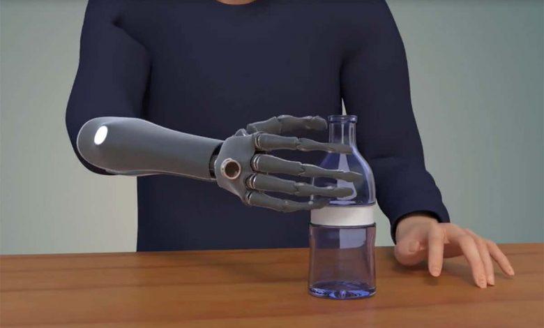 طراحی نوعی دست مصنوعی که می تواند به رایانه و گوشی هوشمند متصل شود