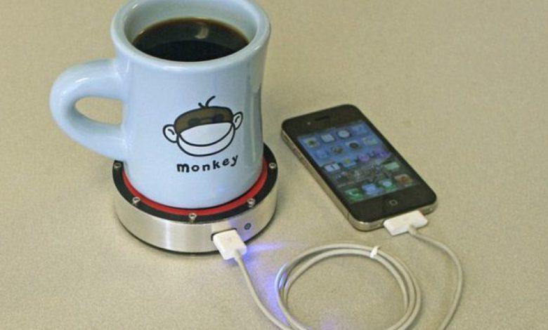زیر لیوانی ای که می تواند گوشی همراه را نیز شارژ کند
